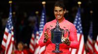 Petenis Spanyol, Rafael Nadal memegang trofi AS Terbuka 2017 setelah mengalahkan petenis Afrika Selatan, Kevin Anderson di New York, Minggu (10/9). Bagi Nadal, ini adalah gelar ketiganya di AS Terbuka setelah 2010 dan 2013. (AP Photo/Julio Cortez)