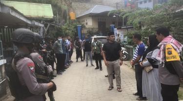 Situasi penangkapan salah seorang kerabat mantan Kapolri di Kompleks Kampung Salo Kendari, terkait peredaran sabu-sabu.(Liputan6.com/Ahmad Akbar Fua)