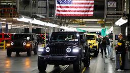Sejumlah mobil Jeep Wranglers 2019 yang selesai dibuat terlihat di pabrik perakitan Jeep Chrysler di Toledo, Ohio, AS (16/11). (AP Photo/Carlos Osorio)