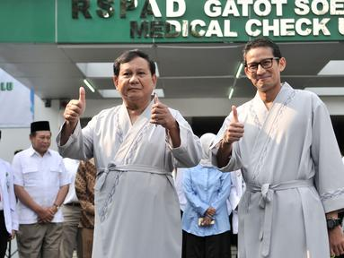 Hasil gambar untuk Bakal calon presiden dan wakil presiden Pilpres 2019, Prabowo Subianto (kiri) dan Sandiaga Uno menyapa awak