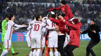 Pemain dan pelatih AC Milan Gennaro Gattuso (benar) merayakan kemenangan usai menundukkan Lazio pada semifinal Coppa italia di Stadio Olimpico, Roma, Italia, Rabu (28/2). AC Milan menang 5-4 lewat drama adu penalti. (Ettore Ferrari/ANSA via AP)