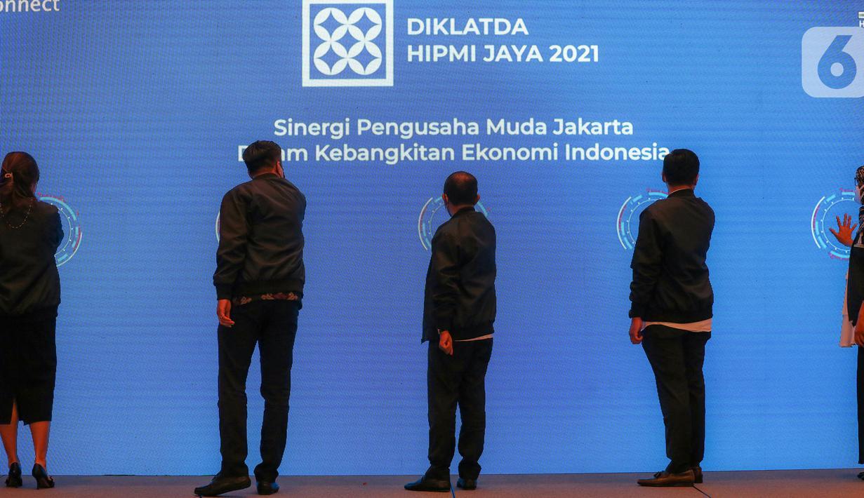Ketua Umum HIPMI Jaya Sona Maesana (kedua kanan), Menteri Investasi/Kepala BKPM Bahlil Lahadalia (tengah) dan Ketum BPP HIPMI Mardani H. Maming (kedua kiri) menekan tombol pada pembukaan Diklatda bagi anggota dan pengurus BPC, BPD, BPP HIPMI di Jakarta, Kamis (23/9/2021). (Liputan6.com/Fery Pradolo)