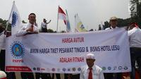 Serikat Pekerja Pertamina membentangkan spanduk dalam aksi damai di depan Istana, Jakarta, Selasa (19/2).  Dalam aksinya, mereka mengklaim bahwa harga avtur PT Pertamina (Persero) tidak berpengaruh pada mahalnya tiket pesawat. (Liputan6.com/Angga Yuniar)