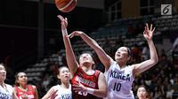 Pebasket putri Indonesia, Henny Sutjiono (tengah) melepas lemparan ke jaring pemain Korea pada babak penyisihan Grup X Basket Putri Asian Games 2018 di Jakarta, Rabu (15/8). Indonesia kalah 40-108. (Liputan6.com/Helmi Fithriansyah)