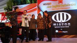Presiden Jokowi didampingi Seskab Pramono Anung, Presdir Astra International Prijono Sugiarto dan Presdir Astra Otoparts Hamdhani Dzulkarnaen dalam peluncuran Program Pendidikan Vokasi Industri di Cikarang, Jumat (28/7). (Liputan6.com/Angga Yunani)