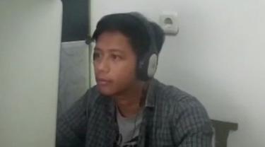Berita video TikTok Bola.com kali ini menampilkan fakta di balik editor grafis motion, Dody Iryawan, ketika menjalani rapat saat Work from Home (WFH) karena pandemi COVID-19.
