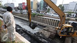 Petugas melihat kondisi  Kali Cideng, Jakarta, Senin (19/10/2015). Pemprov DKI Jakarta terus berupaya sampah yang mengendap di sejumlah sungai agar permasalahan banjir dapat segera teratasi. (Liputan6.com/Immanuel Antonius)