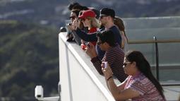 Wisatawan mengabadikan pemandangan Kota Los Angeles dari puncak bangunan Griffith Observatory & Planetarium, California (14/3/2016). (Reuters/ Mario Anzuoni)