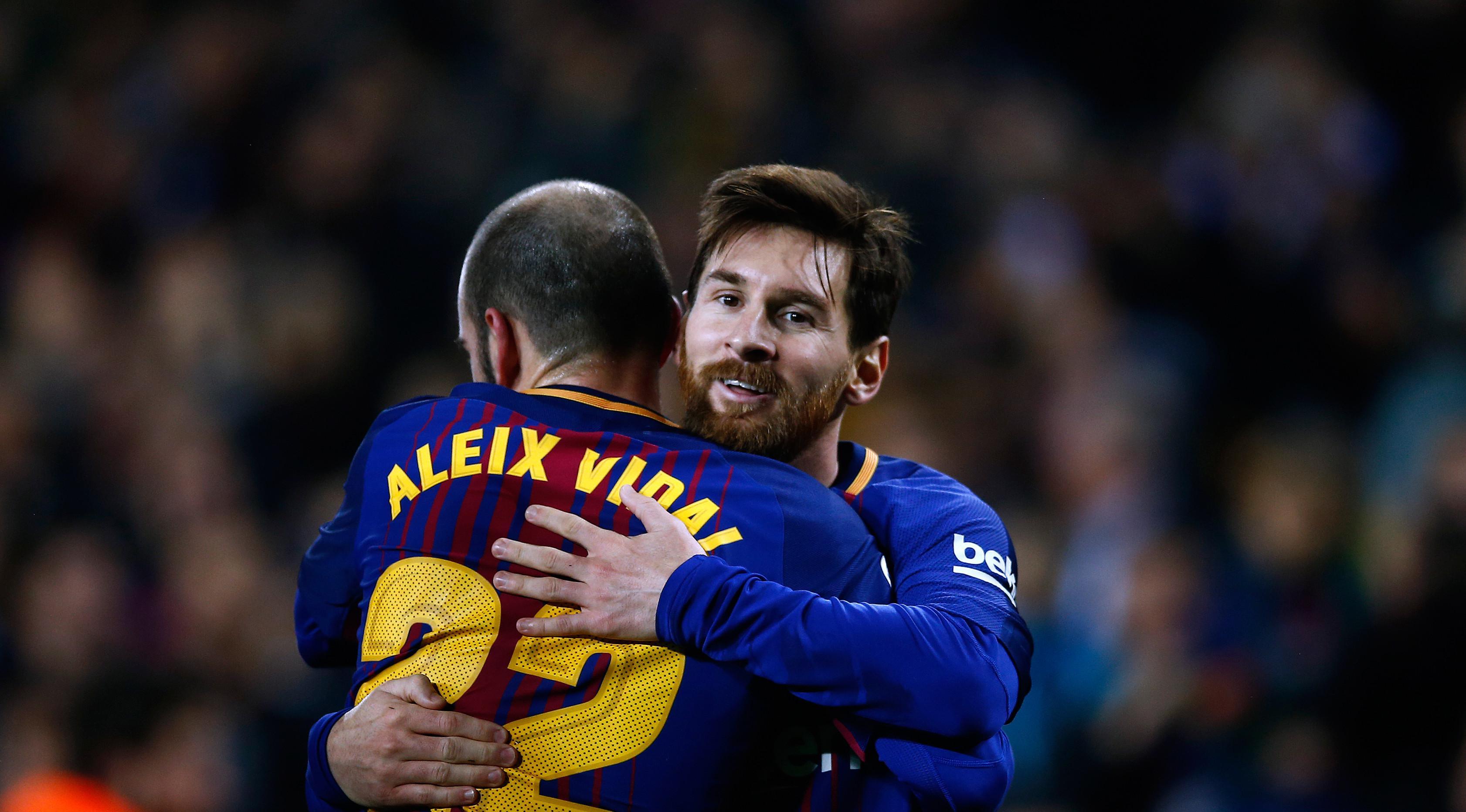 Pemain Barcelona, Lionel Messi berselebrasi setelah mencetak go ke gawang  Espanyol pada laga leg kedua perempat final Copa del Rey di Camp Nou, Kamis (25/1). Tiket semifinal berhasil diraih Barcelona usai mengalahkan Espanyol 2-0. (AP/Manu Fernandez)