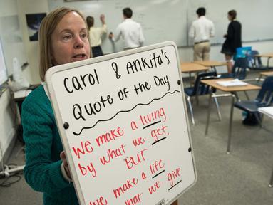 Guru matematika Worcester Prep Linda Bragg menunjukkan papan tulis anti peluru Hardwire di kelas di Berlin, Maryland, (1/3). Papan tulis yang terbuat dari serat polietilen telah dipasang di semua kelas Worcester Preparatory. (AFP PHOTO / Nicholas Kamm)