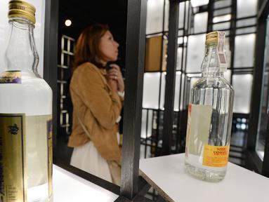 Pengunjung melihat pameran pada Museum Vodka yang baru akan dibuka minggu depan, di Warsawa, Rabu (6/6). Museum ini didedikasikan untuk vodka di Polandia, sebuah tradisi nasional yang telah berlangsung selama lebih dari 500 tahun. (AP/Czarek Sokolowski)