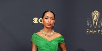 """Yara Shahidi, bintang 'Black-ish"""" tampil cantik dan klasik dalam balutan gaun hijau Christian Dior yang di-styling oleh Jason Bolden (Foto: Dior)"""