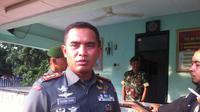 Dandim 0614 Kota Cirebon Letkol Inf Suharma Zunam memberikan penjelasan terkait penangkapan seorang WN Prancis. (Liputan6.com/Panji Prayitno)