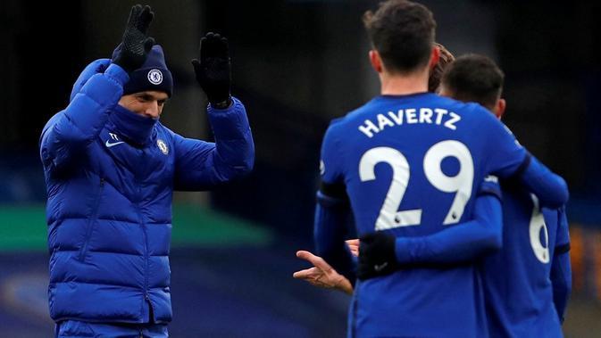Manajer Chelsea, Thomas Tuchel, turut merayakan kemenangan Chelsea atas Burnley pada laga Premier League di Stamford Bridge (31/1/2021). (AFP/Andrew Couldridge)