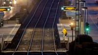 Seorang wanita dengan masker wajah menunggu di stasiun kereta bawah tanah selama pemogokan pengemudi kereta bawah tanah di Frankfurt, Jerman, Selasa (29/9/2020). Pemogokan pekerja layanan publik lokal melanda sebagian besar Jerman. (AP / Michael Probst)
