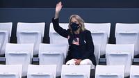 Ibu Negara AS Jill Biden melambaikan tangan saat menghadiri acara renang selama Olimpiade Tokyo 2020 di Tokyo Aquatics Center di Tokyo pada 24 Juli 2021. (Attila KISBENEDEK / AFP)