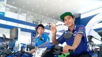 Dua pebalap muda Indonesia, Galang Hendra Pratama dan Imanuel Putra Pratna, siap mencuri ilmu dari pebalap MotoGP, Valentino Rossi. (Bola.com/Wijayanto)