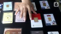 Petugas menata emas batangan di Galeri 24 Pegadaian Kota Tangerang, Banten, Kamis (11/6/2020). Harga emas PT Aneka Tambang Tbk (Antam) naik Rp 12.000 menjadi Rp 893 ribu per gram pada perdagangan Kamis, 11 Juni 2020. (Liputan6.com/Angga Yuniar)