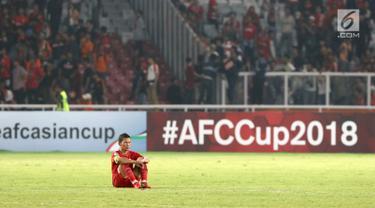 Pemain Persija, Ismed Sofyan duduk di lapangan usai dikalahkan Home United pada laga kedua Semifinal Zona Asia Tenggara Piala AFC 2018 di Stadion GBK, Jakarta, Selasa (15/5). Persija kalah 1-3. (Liputan6.com/Helmi Fithriansyah)