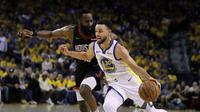 Stephen Curry berduel dengan James Harden (AP)