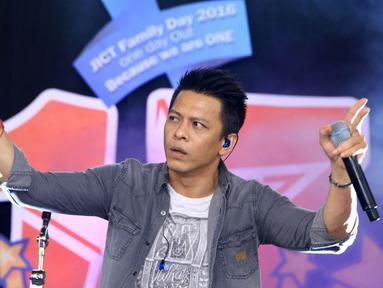 "Vokalis Band Noah, Ariel, tampil dalam acara Annual Gathering ""JICT Family Day 2016 di Dufan, Taman Impian Jaya Ancol, Jakarta, Minggu (11/12). Acara yang dihadiri keluarga besar JICT itu mengusung Tema 'We Are One JICT. (Liputan6.com/Herman Zakharia)"