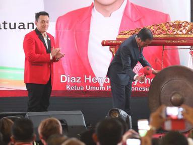 Presiden Joko Widodo (Jokowi) didampingi Ketua umum baru PKPI, Diaz Hendropriyono memukul gong sebagai tanda penutupan kongres luar biasa Partai Keadilan dan Persatuan Indonesia (PKPI) di Jakarta, Senin (14/5). (Liputan6.com/Angga Yuniar)