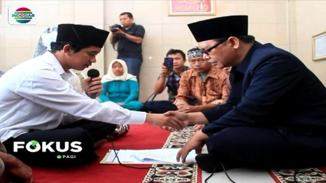 Seorang tahanan kasus narkoba di Cirebon, Jawa Barat, terpaksa menikahi gadis pujaannya di masjid Polres Cirebon. Suasana haru mewarnai jalannya proses akad nikah keduanya.
