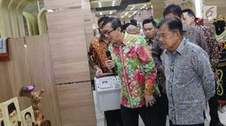 Wapres RI, Jusuf Kalla bersama Menkumham, Yasonna Laoly melihat salah satu hasil kerajinan pada Pameran Produk Unggulan Narapidana di Jakarta, Selasa (26/3). Beragam Produk Unggulan Narapidana dari 33 divisi pemasyarakatan Kanwil Kemenkumham se-Indonesia dipamerkan. (Liputan6.com/Helmi Fithriansyah)