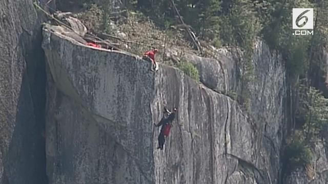 Penyelamatan dilakukan tim saat seorang pria tersangkut di sebuah tebing curam di Kanada.