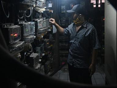 Seorang pria memasukkan pulsa token listrik di Rumah Susun Bendungan Hilir 2, Jakarta, Rabu (20/1/2021). Pemerintah memperpanjang Program Pemulihan Ekonomi Nasional (PEN) Sektor Ketenagalistrikan berupa subsidi listrik hingga Maret 2021, yang dapat diklaim mulai 7 Januari. (Liputan6.com/Herman Zakha