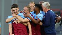 Pemain West Ham United merayakan gol yang dicetak Declan Rice ke gawang Watford pada laga lanjutan Premier League pekan ke-36 di London Stadium, Sabtu (18/7/2020) dini hari WIB. West Ham menang 3-1 atas Watford. (AFP/Richard Heathcote/pool)