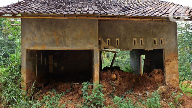 Kondisi salah satu bangunan di Kampung Cigobang, Lebak, Banten, Sabtu (20/3/2021). Pascabencana banjir bandang dan longsor yang terjadi di Kampung Cigobang pada 1 Januari 2020 lalu mengakibatkan sekitar 154 kepala keluarga (KK) meninggalkan kampung tersebut. (Liputan6.com/Herman Zakharia)