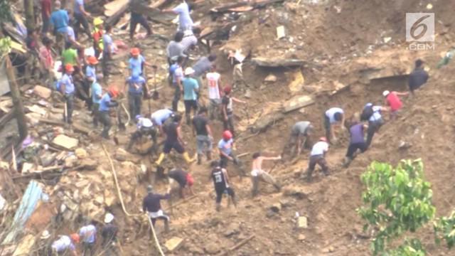 Tim penyelamat mencari orang-orang yang selamat setelah tanah longsor di dua desa di kota Itogon, Filipina.