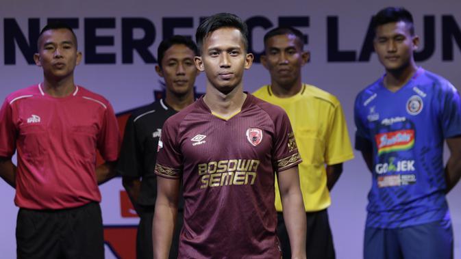 Pemain PSM Makassar, Muhammad Rahmat berpose saat Peluncuran Shopee Liga 1 di SCTV Tower, Jakarta, Senin (13/5). Sebanyak 18 klub akan bertanding pada Liga 1 mulai tanggal 15 Mei. (Bola.com/Vitalis Yogi Trisna)