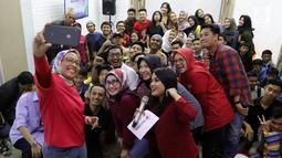 Dirut Telkomsel Emma Sri Martini (tengah) danDirektur Sales Telkomsel Ririn Widaryani (kiri) swafoto bersamapeserta dalam acaraMillennials Talk di Bandung, (26/9/2019).Millennials Talk memberikan kesempatan para milenial harapan dan masukan terhadap pelayanan Telkomsel. (Liputan6.com/HO/Ady)