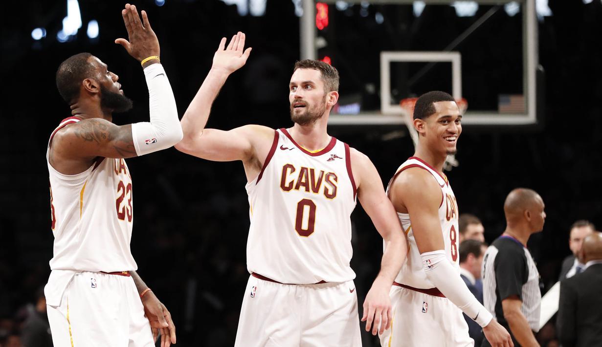 Pebasket Cleveland Cavaliers, LeBron James dan Kevin Love, merayakan kemenangan atas Brooklyn Nets pada laga NBA di Barclay Arena, Senin (26/3/2018). Cleveland Cavaliers menang 121-114 atas Brooklyn Nets. (AP/Kathy Willens)