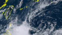 Gambar satelit menunjukkan sekelompok besar hujan dan badai di dekat Filipina pada Selasa sore, waktu setempat. (Badan Meteorologi Jepang / Himawari 8)