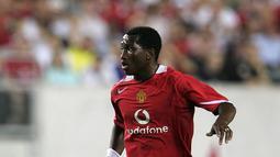 Mantan punggawa Manchester United, Eric Djemba-Djemba merupakan salah satu andalan Sir Alex Ferguson pada 2003-2005. Setelah pindah ke Aston Villa prestasinya menurun dan dinyatakan bangkrut. Sekarang menjadi pemain Persebaya Surabaya. (AFP/PHIL COLE )