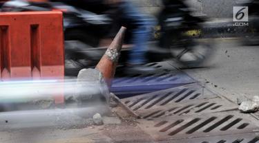 Kondisi penutup selokan ambles di kolong Manggarai, Jakarta, Kamis (14/3). Penutup selokan tersebut kembali ambles meski sudah diperbaiki berkali-kali. (merdeka.com/Iqbal Nugroho)