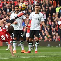 Gelandang Manchester United (MU) Juan Mata melepas tendangan salto pada laga melawan Liverpool di Old Trafford, Sabtu (10/3/2018). (AFP/Oli Scarff)