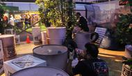 Para pengunjung sedang menikmati peran sebagai realitay soldier dalam PUBG Mobile. (Bola.com / Nurfahmi Budi)