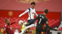 Penyerang Tottenham Hotspur, Son Heung-min mencetak gol ke gawang Manchester United dalam lanjutan Liga Inggris 2020/2021. (Oli Scarff/Pool via AP)