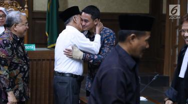 Gubernur nonaktif Jambi, Zumi Zola dipeluk salah satu saksi saat sidang lanjutan dugaan gratifikasi dan suap di Pengadilan Tipikor Jakarta, Senin (17/9). Sidang menghadirkan 8 orang saksi dari unsur PNS dan DPRD Jambi. (Liputan6.com/Helmi Fithriansyah)
