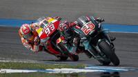 Pembalap Repsol Honda, Marc Marquez, berusaha mengejar Fabio Quartararo, pada MotoGP Thailand di Sirkuit Buriram, Minggu (6/10). Pembalap asal Spanyol itu menyudahi balapan 26 lap dengan catatan waktu 39 menit 36,223 detik. (AP/Gemunu Amarasinghe)
