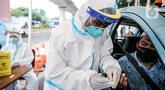 Pengemudi taksi mengikuti tes diagnostik cepat (rapid test) di depan gedung Kejaksaan Agung, Jakarta, Kamis (6/8/2020). Kejagung menggelar rapid test massal kepada warga yang melintas di kawasan itu guna memastikan kesehatannya dan mengantisipasi penyebaran COVID-19. (Liputan6.com/Faizal Fanani)