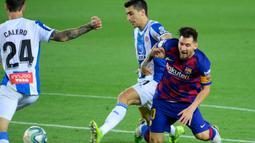 Mega bintang Barcelona, Lionel Messi, berebut bola dengan gelandang Espanyol, Marc Roca pada lanjutan pertandingan La Liga Spanyol di Camp Nou, Kamis (9/7/2020) dini hari WIB.  Barcelona menang tipis 1-0 atas Espanyol lewat gol yang dicetak Luis Suarez. (LLUIS GENE / AFP)