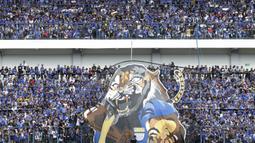 Suporter Persib Bandung, Bobotoh, melakukan koreografi saat melawan Sriwijaya FC pada laga Grup A Piala Presiden di Stadion GBLA, Bandung, Selasa (16/1/2018). Persib menang 1-0 atas Sriwijaya FC. (Bola.com/M Iqbal Ichsan)