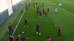 Suasana latihan pemain Manchester City di City Football Academy di Manchester, Inggris (6/11). City akan bertanding melawan wakil Ukraina, Shakhtar Donetsk pada grup F Liga Champions. (AFP Photo/Oli Scarff)