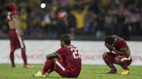 4. Tangis para pemain Timnas Indonesia pecah setelah wasit meniup peluit panjang tanda pertandingan berakhir, Garuda Muda gagal melaju ke final. (Bola.com/Vitalis Yogi Trisna)