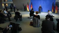 Wartawan melakukan social distancing atau menjaga jarak saat Kanselir Jerman Angela Merkel berbicara dalam konferensi pers di Berlin, Jerman, Senin (16/3/2020). Social distancing adalah cara terbaik untuk mencegah penyebaran virus corona COVID-19. (AP Photo/Markus Schreiber, Pool)